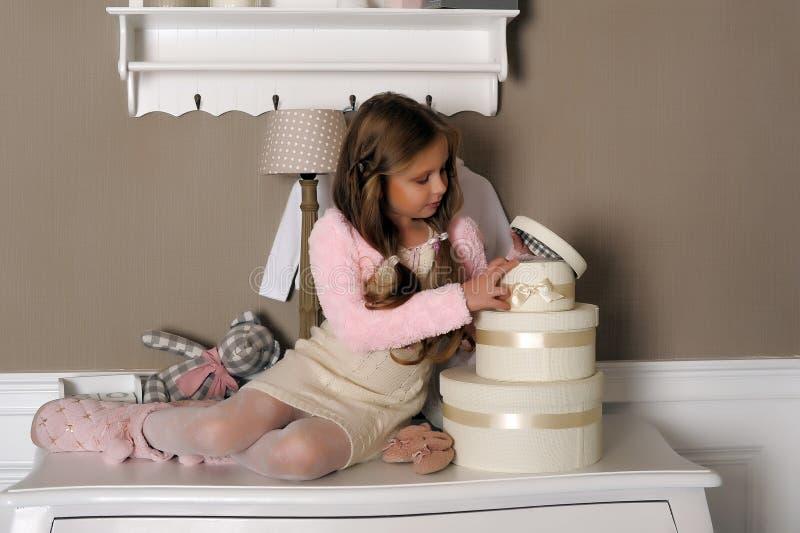 Девушка с коробками с подарками стоковое фото