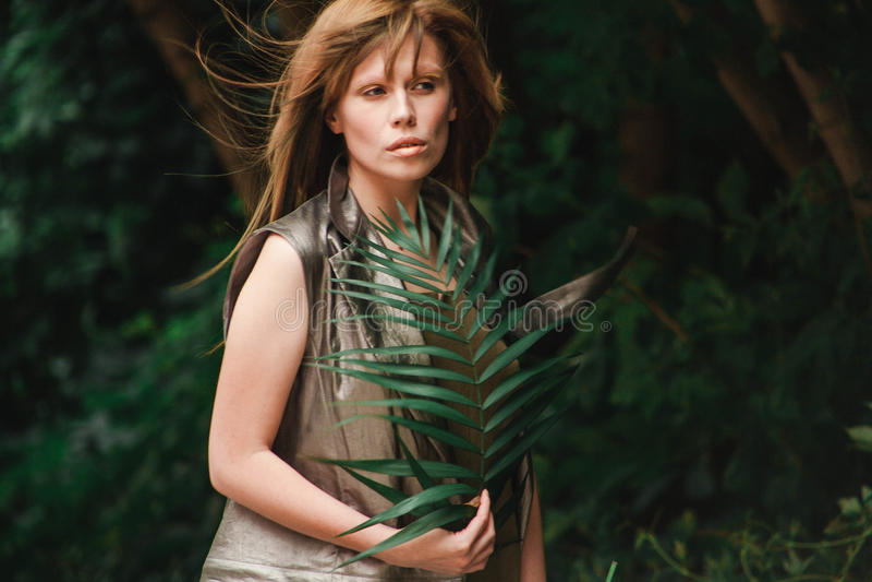 Девушка с красивыми стренгами волос летания стоковое изображение