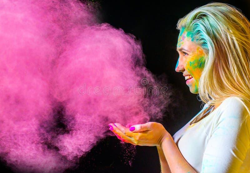 Девушка с красками holi стоковые фотографии rf