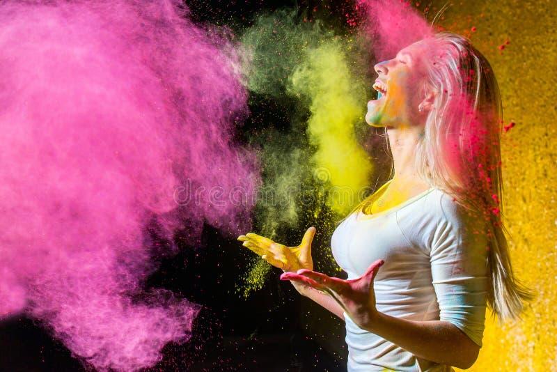 Девушка с красками holi стоковые изображения rf