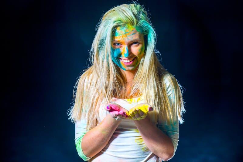 Девушка с красками holi стоковое фото