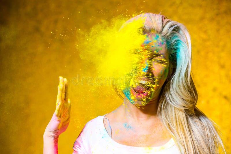 Девушка с красками holi стоковое фото rf