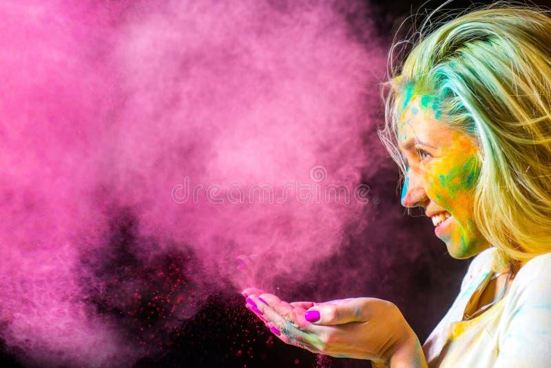 Девушка с красками holi стоковое изображение