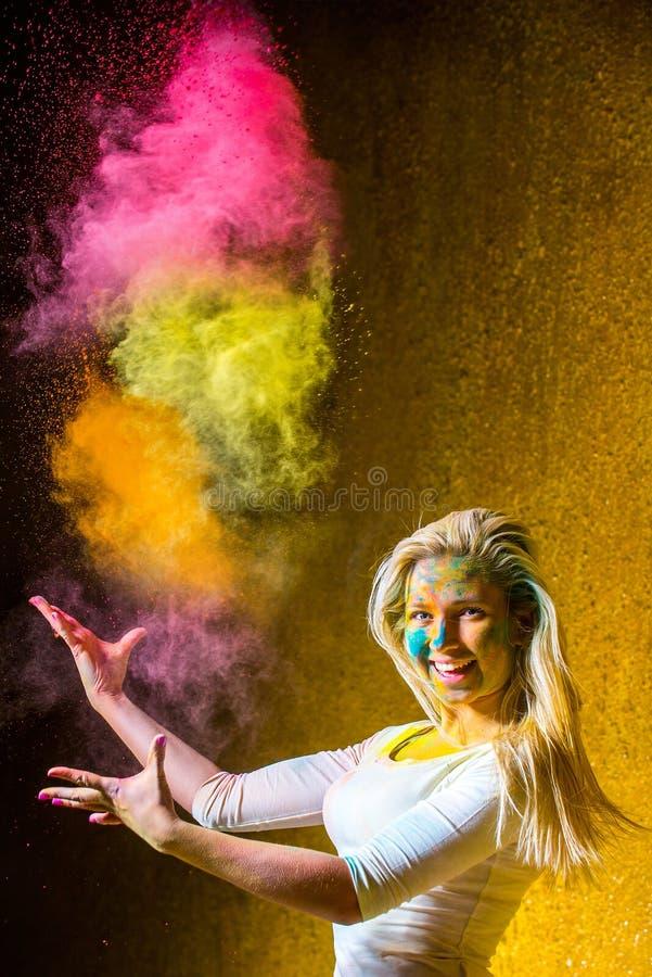 Девушка с красками holi стоковые фото