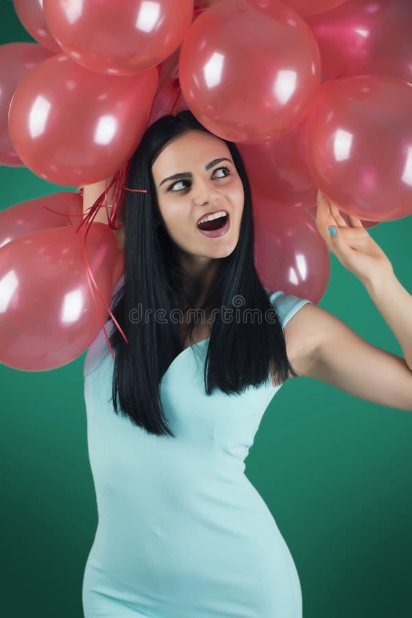 Девушка с красными воздушными шарами стоковая фотография rf