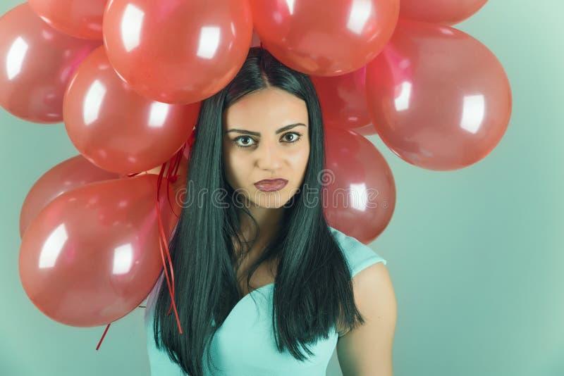Девушка с красными воздушными шарами стоковые фотографии rf