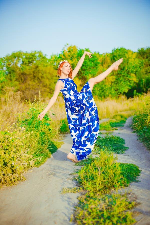 Девушка с красными волосами танцует стоковая фотография rf