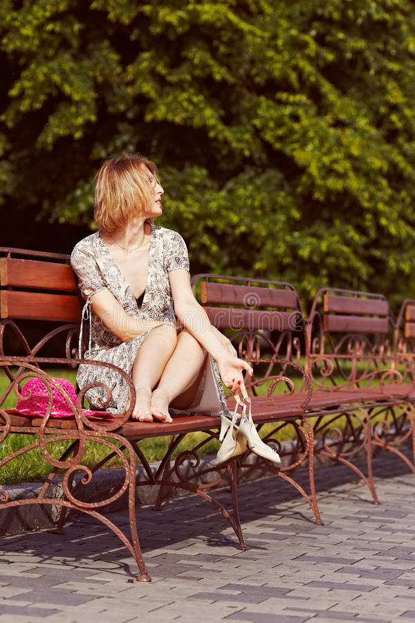 Девушка с красными элементами одежды стоковое изображение
