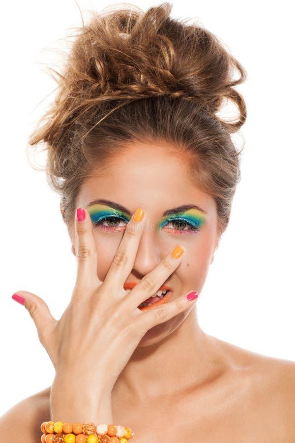 Девушка с красочными маникюром и составом стоковые изображения