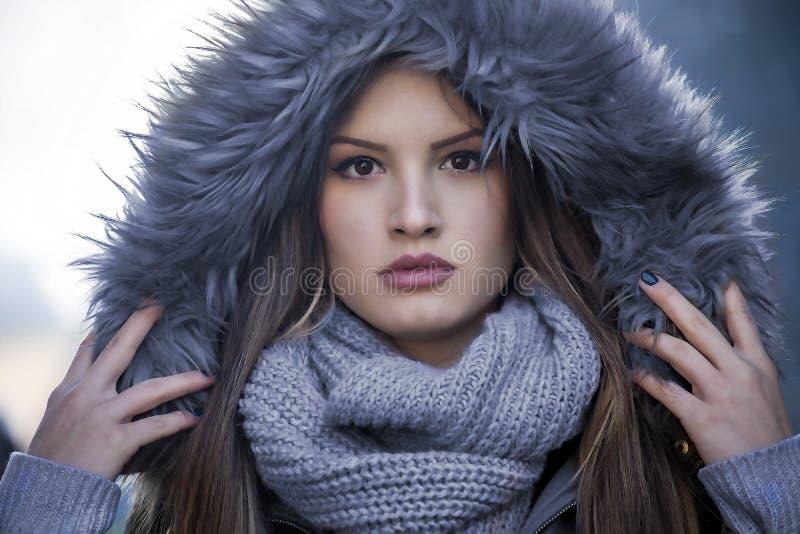 Девушка с клобуком меха стоковые изображения rf