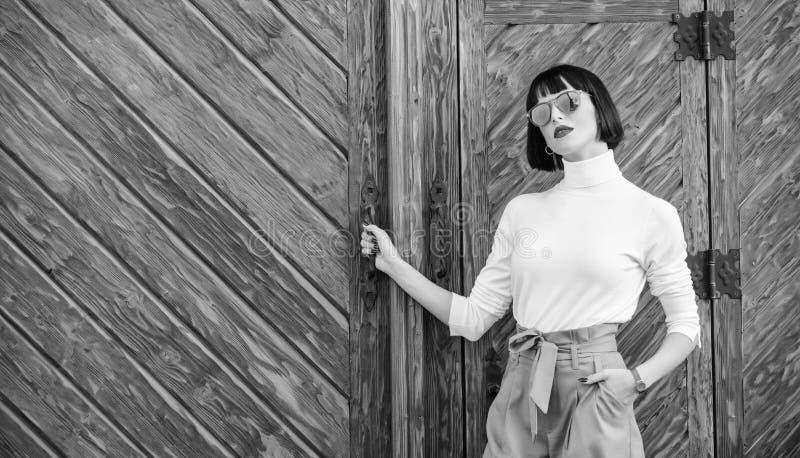 Девушка с макияжем представляя в модных одеждах Дама модного обмундирования тонкая высокорослая Концепция моды и стиля Прогулка ж стоковые изображения