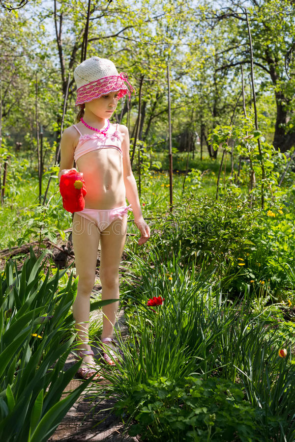 Девушка с моча баком стоковое фото rf