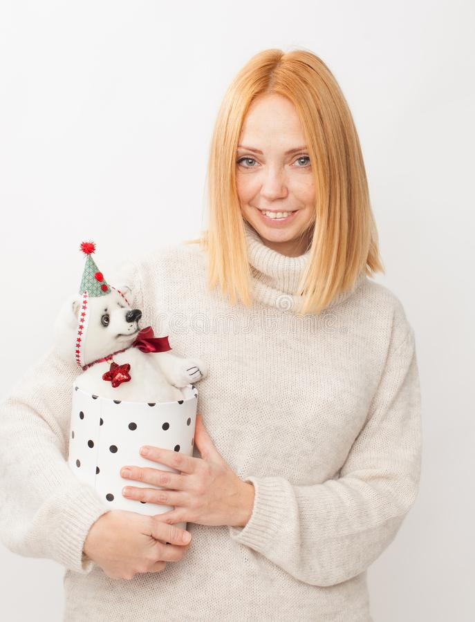 Девушка с мягким медведем игрушки на белой предпосылке стоковые изображения rf