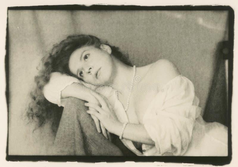 Девушка с нагим плечом на стуле стоковое изображение rf