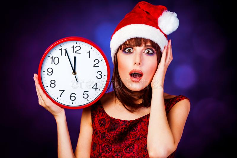 Девушка с огромными часами и шляпой стоковое изображение