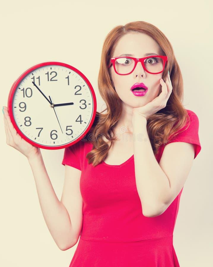 Девушка с огромными часами стоковая фотография rf
