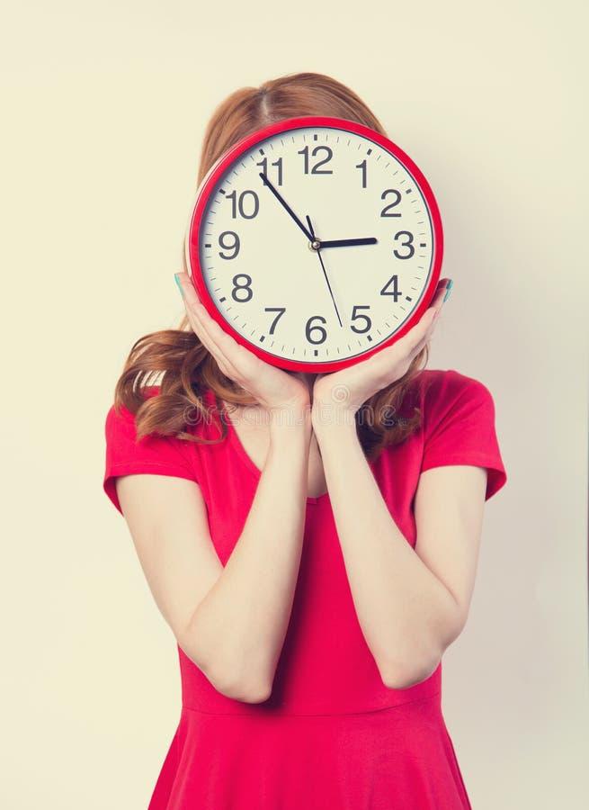 Девушка с огромными часами стоковые фотографии rf