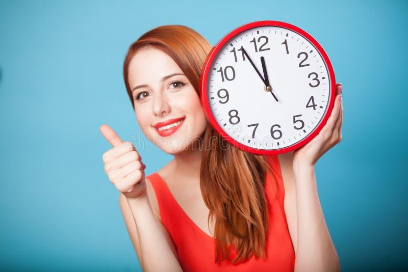 Девушка с огромными часами стоковые изображения rf