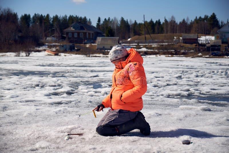 Девушка с окунем на рыбной ловле стоковые фото