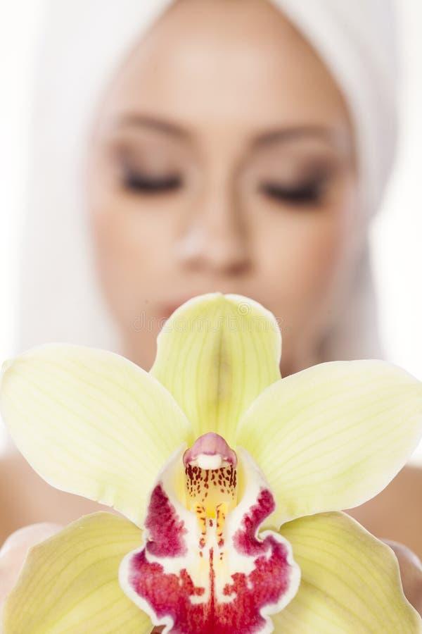 Девушка с орхидеей стоковое изображение