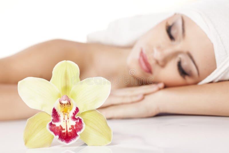 Девушка с орхидеей стоковые изображения