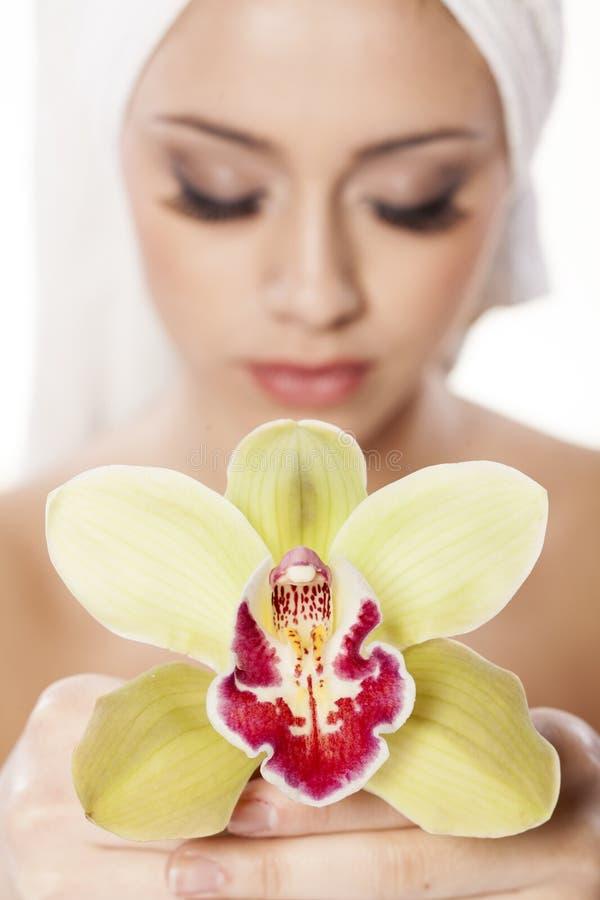 Девушка с орхидеей стоковое изображение rf
