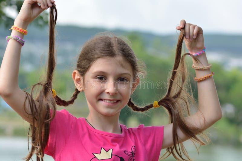 Девушка с отрезками провода стоковые изображения rf