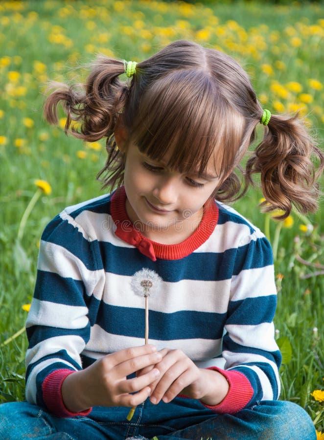 Девушка с одуванчиком стоковые изображения