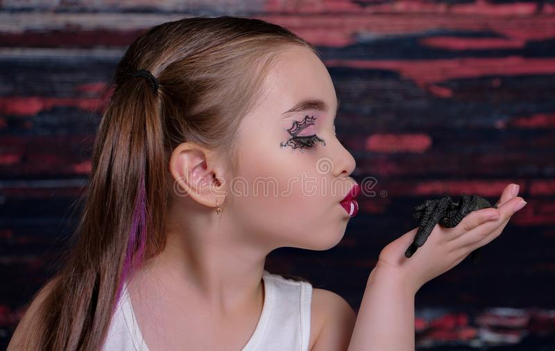 Девушка с пауком стоковое изображение