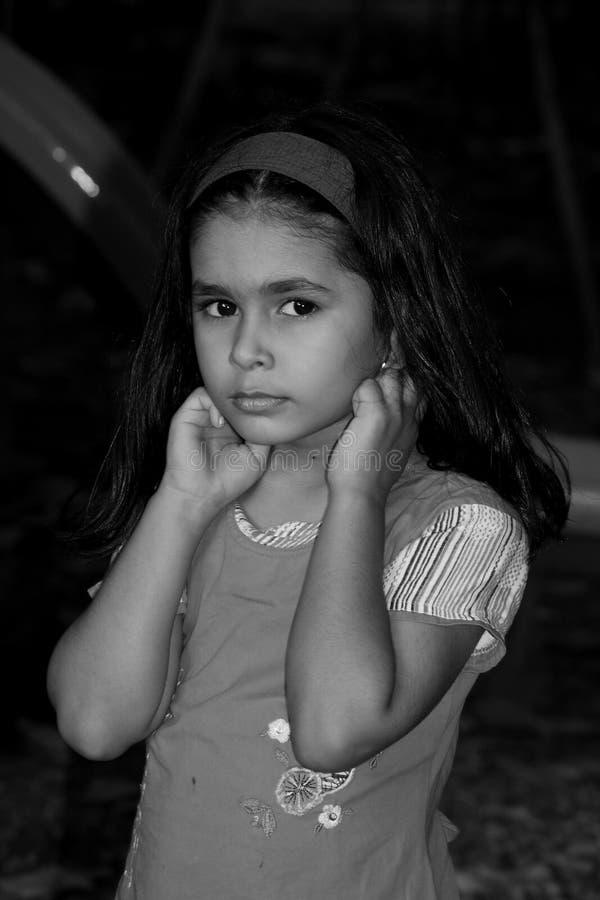 Девушка с перстами в ушах стоковая фотография rf