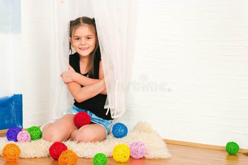 Девушка с пестроткаными шариками стоковое изображение rf