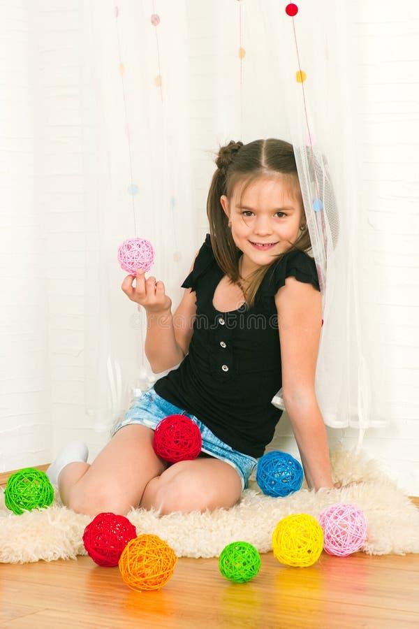 Девушка с пестроткаными шариками стоковая фотография rf