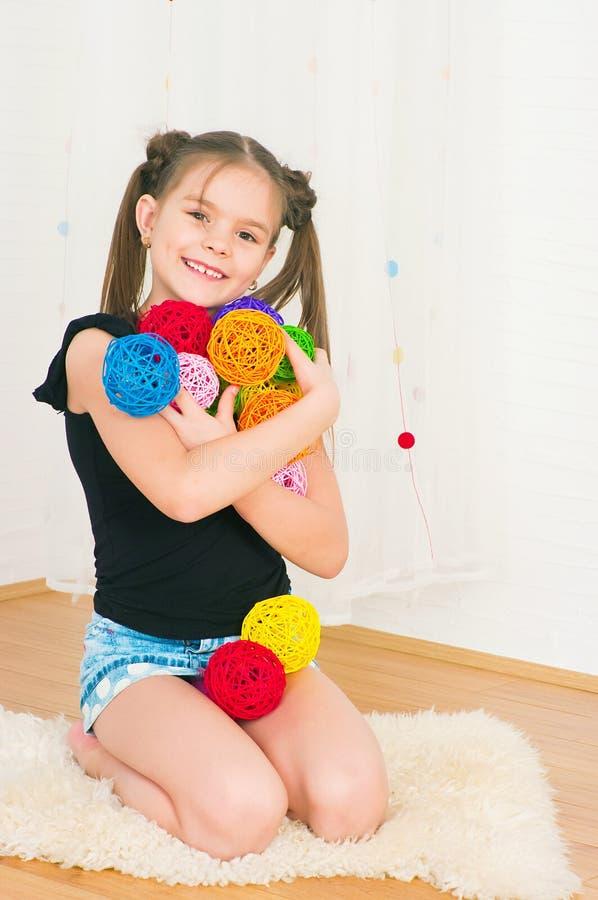 Девушка с пестроткаными шариками стоковое фото rf