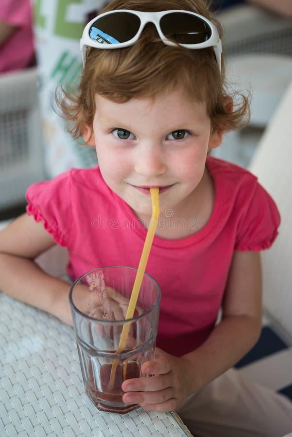 Девушка с питьем стоковое фото
