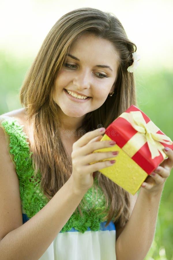 Девушка с подарком в парке стоковые фото