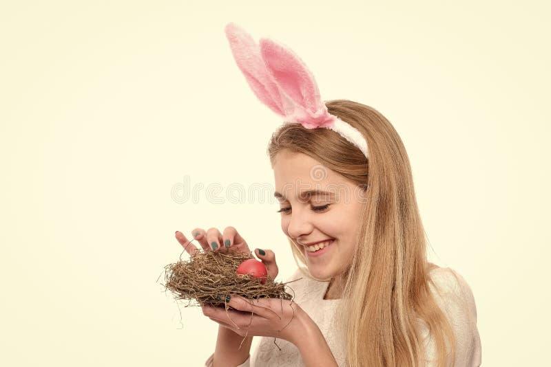 Девушка с покрашенным яйцом в корзине, охоте пасхи стоковые фотографии rf