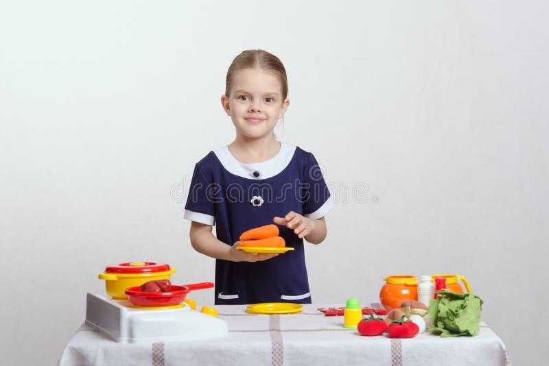 Download Девушка с плитой морковей на кухне игрушки Стоковое Изображение - изображение насчитывающей занятие, удовольствие: 41663311