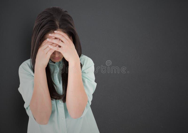 Девушка с руками на стороне против серой стены стоковое изображение rf