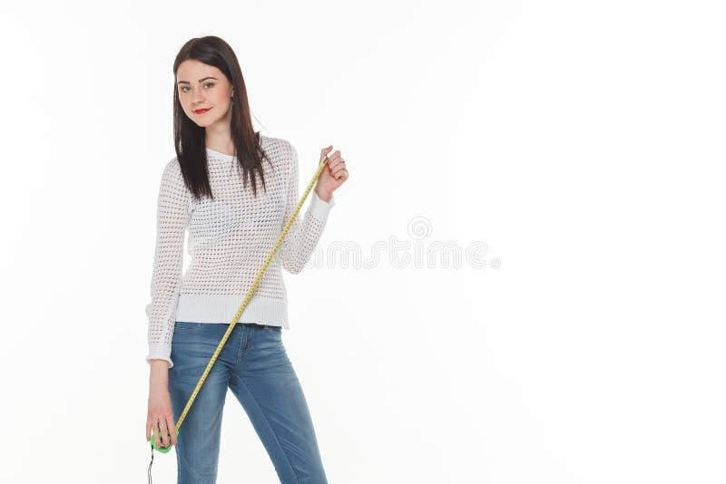 Девушка с рулеткой предпосылки белизны конструкции стоковое изображение rf