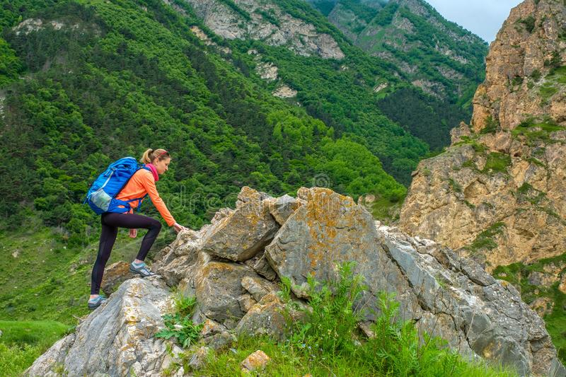 Девушка с рюкзаком в горах стоковое фото rf