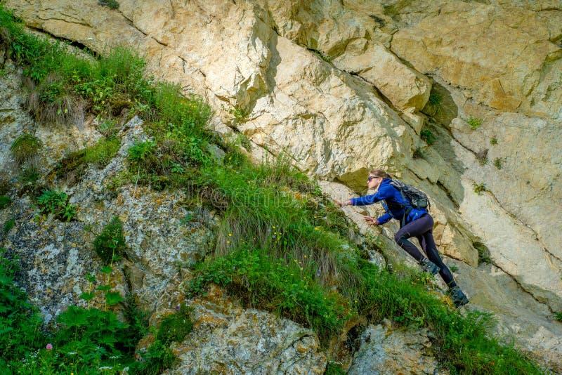 Девушка с рюкзаком отдыхает в горах Панорама гор Кавказа стоковое изображение rf