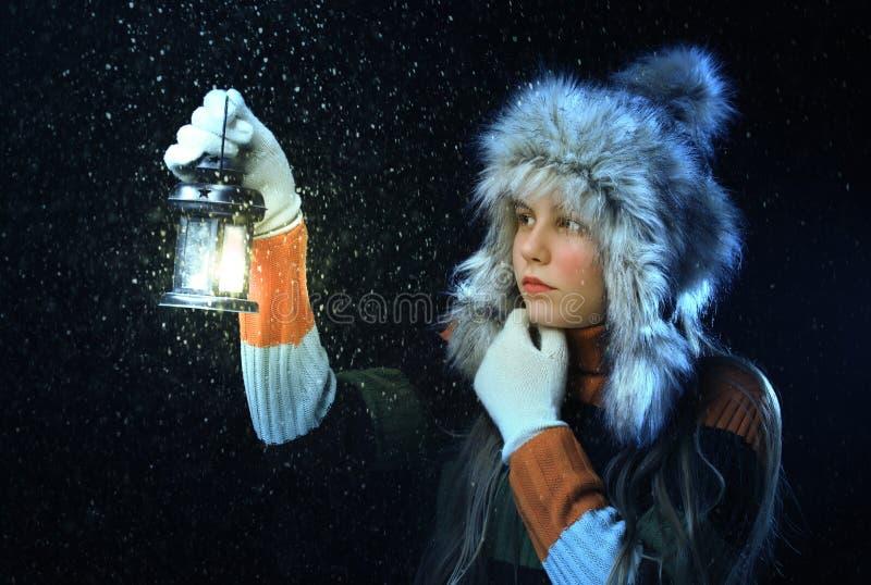 Девушка с светильником стоковые изображения