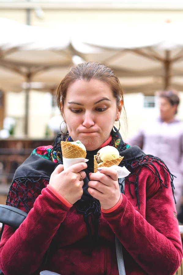 Девушка с 2 сервировками мороженого стоковые изображения