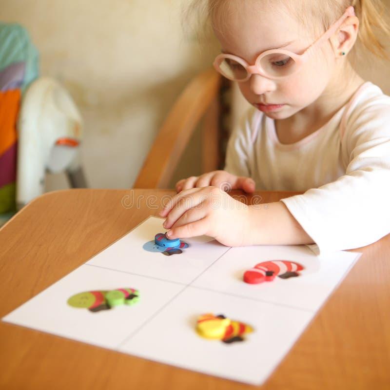 Девушка с Синдромом Дауна включается в сортировать стоковые изображения