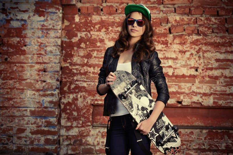 Download Девушка с скейтбордом стоковое изображение. изображение насчитывающей портрет - 41662913