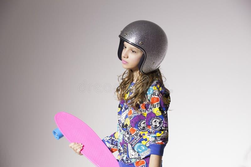 Девушка с скейтбордом стоковые изображения