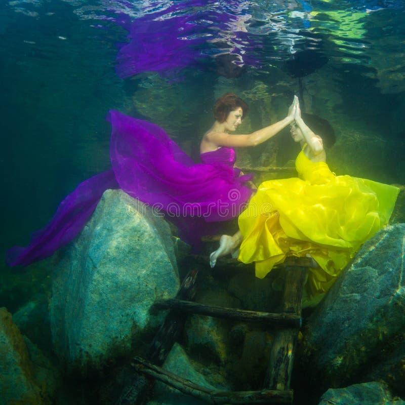 Девушка с скрипкой под водой стоковое изображение rf