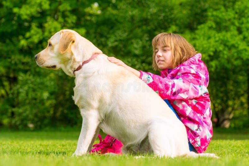 Девушка с собакой retriever labrador стоковое фото rf