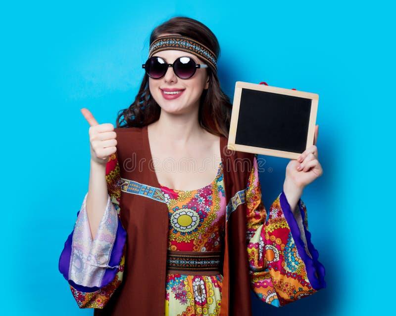 Девушка с солнечными очками и доска стоковые изображения rf