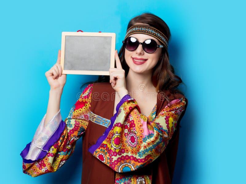 Девушка с солнечными очками и доска стоковое изображение